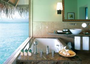 Ocean-view-bathroom-hotel-Taj-exotica-in-Maldives-1001